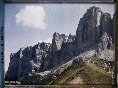 Tyrol, Wolkenstein, Col du Groedner, Aspect des parois des montagnes de la Sella au col de Groedner.La chaine de la Sella (Groupo di Sella ou Sellagruppe) depuis le col du Grödner (Grödner Joch ou passo Gardena)