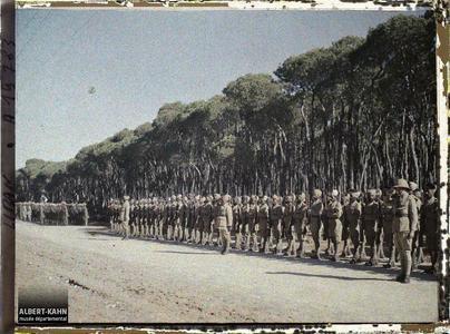 Syrie, Beyrouth, Hindous présentant les armes sur le passage du Général Gouraud. Troupes indiennes de l'armée britannique alliée passée en revue dans le bois des Pins par le général Gouraud, haut-commissaire de la République française