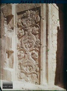 Perse, Tak-i-Bostan, Pilier latéral de gauche de la Grande grotte.Pilastre sculpté de la grande grotte, détail d'un rinceau de fleurs et de feuilles d'acanthe