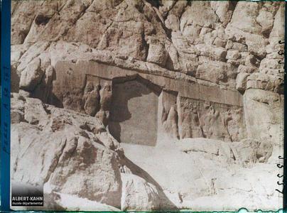 Perse, Bisitoun, Bas-relief & inscription persane.Deux bas-reliefs d'époque parthe, celui de gauche est recouvert par une inscription persane (donation du Sheikh Ali Khan Zangana au 17 eme siècle)