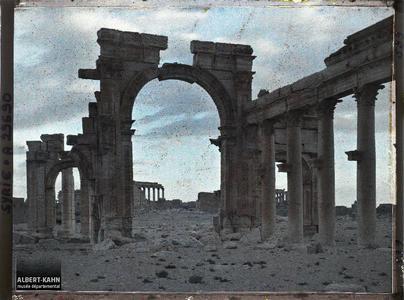 Syrie, Palmyre, Portique de la Colonnade Centrale, au soir tombant. L'arc monumental au coucher du soleil