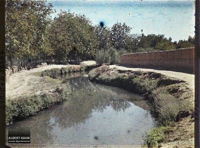 Syrie, Damas, Les Jardins de Damas : Un des bras du Brada servant de Canal d'irrigation. Canal d'irrigation alimenté par l'eau du Nahr Barada