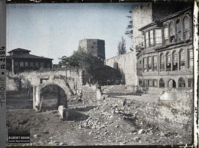 """Turquie, Constantinople, Maisons de bois collées contre les vieux murs près de Ste Sophie. Quartier aux abords de la Aya Sofya camii (""""mosquée Sainte-Sophie"""") et de la muraille d'enceinte maritime (bastion au milieu)"""