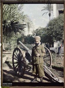 Syrie, Beyrouth, Capitaine Ataff Officier du Général. Le Capitaine des Spahis, Ataff, devant un canon dans le parc de la résidence du général Gouraud