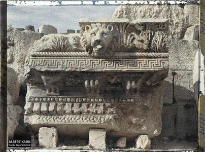 Syrie, Balbeck, Corniche du Temple de Jupiter gisant à terre.Fragment à terre d'une corniche représentant un lion servant de gargouille. Il provient du péristyle méridional du sanctuaire du Temple de Jupiter Héliopolitain