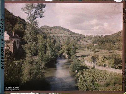 France, Vallée de l'Alzou, Autre aspect de la Vallée, au fond, les Gorogolles