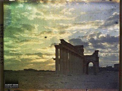 Syrie, Palmyre, Vue sur le portique Central au jour naissant. Le début de la grande colonnade et l'arc monumental au lever du jour