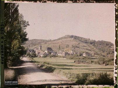 France, St Julien d'Empeyre (Aveyron), St Julien et au fond, le mont Verdier