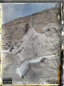 Algérie, Barrage de l'Habra, Barrage de l'Habra en aval du Confluent Brèche côté Est vue d'aval et de rive gauche. Barrage de l'Habra, la brèche dans le mur du barrage, vue de l'aval, du côté de la rive droite