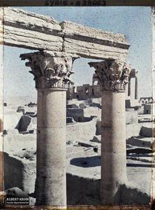 Syrie, Palmyre, Temple du Soleil, Détail des Colonnes de la partie Sud. Deux colonnes corinthiennes du Temple de Bêl