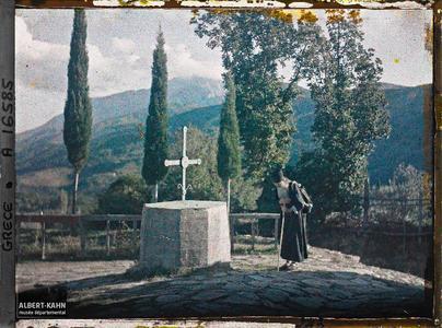 Turquie, Kariès, Moine en prières, au fond, on aperçoit le Mont Athos.