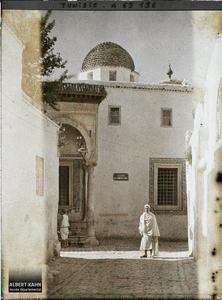 Tunisie, Tunis, Médersa Souk el Blate. La medersa Es-Slimaniya, vue de la rue Souk-el-Belat dans la médina