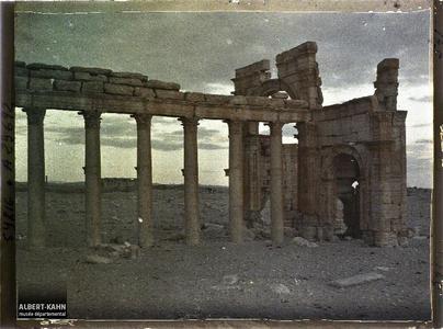 Syrie, Palmyre, Autre aspect du même portique. Le début de la grande colonnade et l'arc monumental au lever du jour