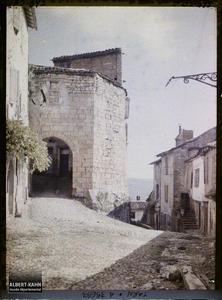 France, Cordes (Tarn), Porte d'entrée de la Ville haute, vue prise des remparts