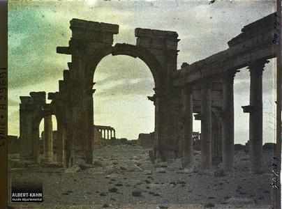 Syrie, Palmyre, Portique de la Colonnade Centrale, au soir tombant. L'arc monumental