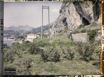 France, Menton-Garavan, Situation des grottes par rapport au littoral.Grotte Barma Grande