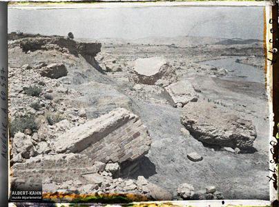 Algérie, Barrage de l'Habra, Barrage de l'Habra en aval du Confluent Blocs de maçonnerie déportés à une centaine de mètres. Blocs de maçonnerie arrachés au barrage lors de la catastrophe de 1927