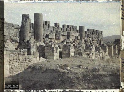 Syrie, Balbeck, Mur d'enceinte arabe entre les colonnes du Temple partie nord.Colonnes du péristyle septentrional du sanctuaire du temple de Jupiter Héliopolitain