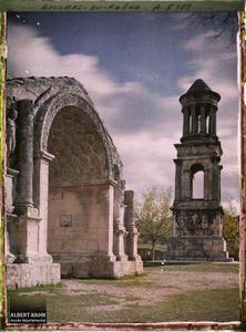 France, Les Baux, Le Mausolée et l'Arc de Triomphe de St Remy Vu de l'autre côté.