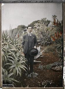 France, Cap Martin, Docteur Japonais. Un médecin japonais, reçu par Albert Kahn en même temps que le prince et la princesse Kitashirakawa, dans le jardin de la villa
