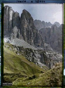 Tyrol, Wolkenstein, Col du Groedner, Aspect des parois des montagnes de la Sella au col de Groedner autre aspect.La chaine de la Sella (Groupo di Sella ou Sellagruppe) depuis le col du Grödner (Grödner Joch ou passo Gardena)