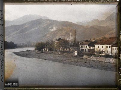Bosnie, Konija, Le tournant de la Narenta avec Mosquée sur la rive gauche vue prise vers amont.Le tournant de la Neretva avec la mosquée sur la rive gauche
