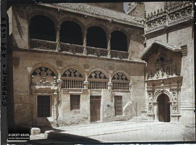 Extérieur de la Chapelle royale accolée à la cathédrale.