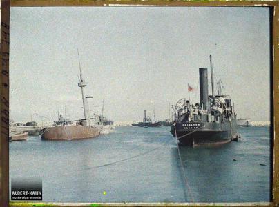 Syrie, Beyrouth, Le port , navires coulés pendant la guerre Italo-Turque. Plusieurs navires au port