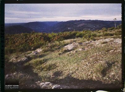 France, Villefranche de Rouergue (Aveyron), Effet du soir, le Calvaire, hauteur dominant la Vallée de l'Alzou, vue prise des hauteurs dominant la route de Rieupeyroux