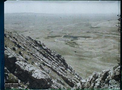 Irak, Cheikh-Matti, La plaine de Mésopotamie, Contreforts du Magloub et Village de Cheikh Matti. La plaine du Ninive depuis le monastère de Mar Matta (IV ap. J.-C.) sur le mont Alfaf ou mont Mqalub
